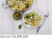 Макароны с сыром,авокадо и соусом песто на белом фоне. Стоковое фото, фотограф Марина Володько / Фотобанк Лори