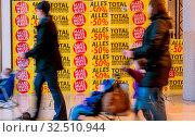 Totalabverkauf in einem Laden. Feschäft wird geschloßen. Стоковое фото, фотограф Zoonar.com/Erwin Wodicka / age Fotostock / Фотобанк Лори