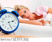 Schlaflosigkeit mit Uhr in der Nacht. Frau kann nicht schlafen. Стоковое фото, фотограф Zoonar.com/Erwin Wodicka / age Fotostock / Фотобанк Лори