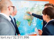 Gruppe Geschäftsleute plant Expansion und Business Strategie an einer Weltkarte. Стоковое фото, фотограф Zoonar.com/Robert Kneschke / age Fotostock / Фотобанк Лори