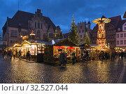Рождественский базар в Хильдесхайме вечером, Германия (2018 год). Стоковое фото, фотограф Михаил Марковский / Фотобанк Лори