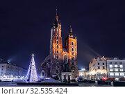 Купить «Главная рыночная площадь в Кракове с базиликой Святой Марии перед Рождеством ночью, Польша», фото № 32535424, снято 31 декабря 2014 г. (c) Наталья Волкова / Фотобанк Лори