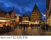 Купить «Рождественский базар в Хильдесхайме вечером, Германия», фото № 32535516, снято 9 декабря 2018 г. (c) Михаил Марковский / Фотобанк Лори