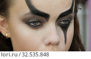 Easy Halloween Makeup. Girl in a beauty salon. Applying a stylistic pattern on the face of the model. The work of a master stylist. Стоковое видео, видеограф Константин Мерцалов / Фотобанк Лори