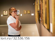 Woman examining exposition in fine arts museum. Стоковое фото, фотограф Яков Филимонов / Фотобанк Лори