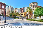 Doha, Qatar - Nov 23. 2019. Medina Centrale connects Porto Arabia to Viva Bahriya as Town Center of Pearl Qatar. Редакционное фото, фотограф Володина Ольга / Фотобанк Лори