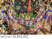 Купить «Традиционная предновогодняя торговля елочными украшениями и новогодними сувенирами под елкой в центре ГУМа у фонтана. Москва, Красная площадь. Россия», фото № 32563252, снято 24 ноября 2019 г. (c) Владимир Сергеев / Фотобанк Лори