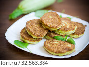 Купить «vegetable fritters made from green zucchini in a plate», фото № 32563384, снято 29 июля 2019 г. (c) Peredniankina / Фотобанк Лори