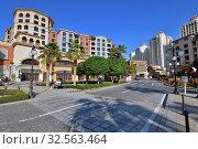 Doha, Qatar - Nov 23. 2019. square in front of Souq AlMedina - shopping center in Medina Centrale of Pearl island. Редакционное фото, фотограф Володина Ольга / Фотобанк Лори