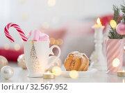 Купить «cocoa with marshmallow and christmas decor in pink and gold colors», фото № 32567952, снято 3 декабря 2019 г. (c) Майя Крученкова / Фотобанк Лори
