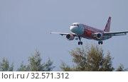 Купить «AirAsia Airbus A320 landing», видеоролик № 32571312, снято 28 ноября 2019 г. (c) Игорь Жоров / Фотобанк Лори