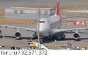 Купить «Boeing 747 push back before departure», видеоролик № 32571372, снято 9 ноября 2019 г. (c) Игорь Жоров / Фотобанк Лори