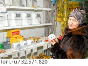 Купить «A beautiful mature woman chooses a gas meter for buying.», фото № 32571820, снято 19 января 2017 г. (c) Акиньшин Владимир / Фотобанк Лори