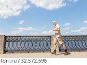 Купить «An elderly man runs along the river embankment, a healthy lifestyle.», фото № 32572596, снято 22 июля 2017 г. (c) Акиньшин Владимир / Фотобанк Лори