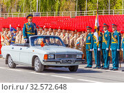 Купить «Russia, Samara, July 2016: the army general in parade uniforms rides his troops to the rehearsals of the Victory Parade in Kuybyshev Square. Text in Russian: tribune.», фото № 32572648, снято 7 мая 2017 г. (c) Акиньшин Владимир / Фотобанк Лори