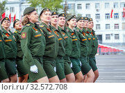 Russia, Samara, May 2016: Women soldiers on Victory Day at the rehearsal of the parade on Kuibyshev Square on a spring sunny day. (2017 год). Редакционное фото, фотограф Акиньшин Владимир / Фотобанк Лори