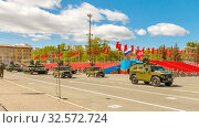 """Купить «Russia, Samara, May 2017: the army special armored vehicle """"Tiger"""" and the military modified main battle tank T-72B3M on Kuybyshev Square on Victory Day on a spring sunny day.», фото № 32572724, снято 7 мая 2017 г. (c) Акиньшин Владимир / Фотобанк Лори"""