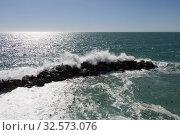 Seascape with horizon line over sea and wave is crashing stones. Стоковое фото, фотограф Daria Trefilova / Фотобанк Лори