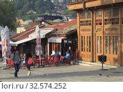 Bosnia and Herzegovina, Sarajevo, Bascarsija Square, cafe, people. (2019 год). Редакционное фото, фотограф Tibor Bognár / age Fotostock / Фотобанк Лори
