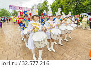 Russia, Samara, June 2017: a beautiful group of girls in a hussar uniform playing drums and leading a festive procession at a flower festival on a summer day. Редакционное фото, фотограф Акиньшин Владимир / Фотобанк Лори