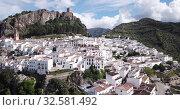 Купить «Picturesque aerial view of Zahara de la Sierra with ancient castle on rocky hill against backdrop of lake, Spain», видеоролик № 32581492, снято 18 апреля 2019 г. (c) Яков Филимонов / Фотобанк Лори