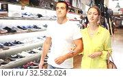 Купить «Young loving couple walking out from apparel shop», видеоролик № 32582024, снято 24 марта 2020 г. (c) Яков Филимонов / Фотобанк Лори
