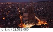 Aerial panorama view of Barcelona city skyline and Sagrada familia at dusk time (2019 год). Стоковое видео, видеограф Яков Филимонов / Фотобанк Лори