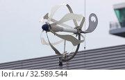 A big white propeller spinning on the wind. Стоковое видео, видеограф Константин Шишкин / Фотобанк Лори