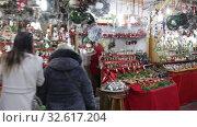 Купить «BARCELONA, SPAIN - DECEMBER 1, 2015:  People  walking at Christmas market near Cathedral in evening. Barcelona, Spain.  Kiosks with Traditional Christmas toys and gifts», видеоролик № 32617204, снято 1 декабря 2015 г. (c) Яков Филимонов / Фотобанк Лори