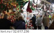 Купить «BARCELONA, SPAIN - DECEMBER 11, 2019:  Stands with traditional  Christmas gifts in night. Barcelona, Catalonia. Fira de Santa Llucia - Christmas market near Cathedral», видеоролик № 32617236, снято 11 декабря 2019 г. (c) Яков Филимонов / Фотобанк Лори