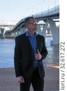 Мужчина позирует возле моста. Стоковое фото, фотограф Наталья Иванова / Фотобанк Лори