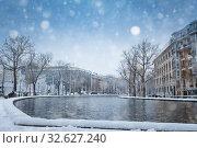 Купить «Snow covered Bassin de la Villette in Paris», фото № 32627240, снято 7 февраля 2018 г. (c) Сергей Новиков / Фотобанк Лори