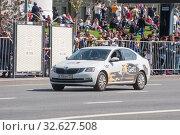 """Купить «Белый брендированный автомобиль Gett такси """"Шкода"""" едет по Новому Арбату, Москва, вид спереди», фото № 32627508, снято 9 мая 2018 г. (c) Малышев Андрей / Фотобанк Лори"""