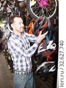 Man chooses helmet for cycling. Стоковое фото, фотограф Яков Филимонов / Фотобанк Лори