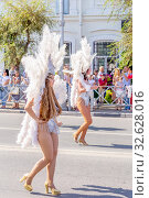 """Russia Samara August 2019: Girls in attractive costumes at the """"Festival of Flowers"""" procession. Редакционное фото, фотограф Акиньшин Владимир / Фотобанк Лори"""