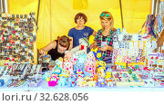 Купить «Russia, Samara, August 2019: Sale of soft souvenir toys and jewelry at the exhibition of masters.», фото № 32628056, снято 24 августа 2019 г. (c) Акиньшин Владимир / Фотобанк Лори