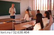 Купить «Female speaker giving lesson for university students in lecture hall», видеоролик № 32638404, снято 24 сентября 2019 г. (c) Яков Филимонов / Фотобанк Лори