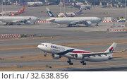 Купить «Malaysia Airlines Airbus A330 departure from Hong Kong», видеоролик № 32638856, снято 10 ноября 2019 г. (c) Игорь Жоров / Фотобанк Лори