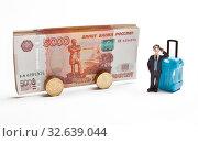 Купить «Путешественник с дорожным чемоданом ожидает посадку на автобус. Концепция путешествия.», фото № 32639044, снято 29 апреля 2019 г. (c) Элина Гаревская / Фотобанк Лори