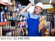 Master buying paint and tools. Стоковое фото, фотограф Яков Филимонов / Фотобанк Лори