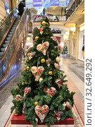 Купить «Christmas and New Year in State Department Store (GUM). Праздничная елка, украшенная серцами, вышитыми розами, Москва», фото № 32649292, снято 13 декабря 2019 г. (c) Валерия Попова / Фотобанк Лори