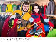 Buyers brag about new tourist equipment. Стоковое фото, фотограф Яков Филимонов / Фотобанк Лори
