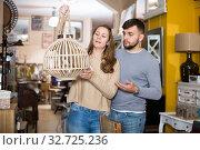 Купить «Girl with boyfriend in search of lampshade», фото № 32725236, снято 9 ноября 2017 г. (c) Яков Филимонов / Фотобанк Лори