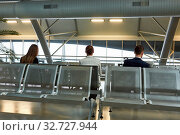 Geschäftsleute als Passagiere im Flughafen Terminal beim Warten auf den Anschlussflug. Стоковое фото, фотограф Zoonar.com/Robert Kneschke / age Fotostock / Фотобанк Лори
