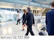 Geschäftsleute als Passagiere sind in Eile auf ihrer Reise im Flughafen Terminal. Стоковое фото, фотограф Zoonar.com/Robert Kneschke / age Fotostock / Фотобанк Лори
