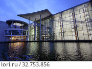 Berlin, Germany, View of the Paul-Loebe-Haus in the evening from the Spree (2017 год). Редакционное фото, агентство Caro Photoagency / Фотобанк Лори