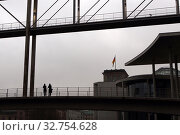 Berlin, Germany, people stand on the connecting bridge between Paul-Loebe-Haus and Marie-Elisabeth-Lueders-Haus (2017 год). Редакционное фото, агентство Caro Photoagency / Фотобанк Лори