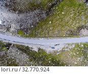 Top view of snow road Aurlandsvegen with vehicles having involuntary stop during travel. Norway, Scandinavia (2018 год). Стоковое фото, фотограф Кекяляйнен Андрей / Фотобанк Лори