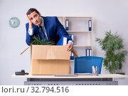 Young employee being made redundant. Стоковое фото, фотограф Elnur / Фотобанк Лори