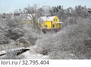 Купить «Зимний сельский пейзаж с домом и заснеженными деревьями», фото № 32795404, снято 15 ноября 2016 г. (c) Елена Коромыслова / Фотобанк Лори